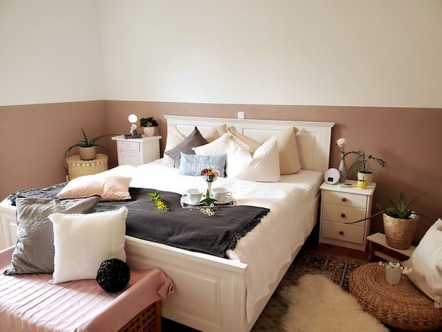 In this King Size bed with 100% Bio-Cotton Sheets and a new Bett1 mattress you'll have the best night of sleep.   Genieße einen erholsamen, tiefen Schlaf im großen Doppelbett mit 100% Bio Baumwolle und neuen Bett1 Matratzen.