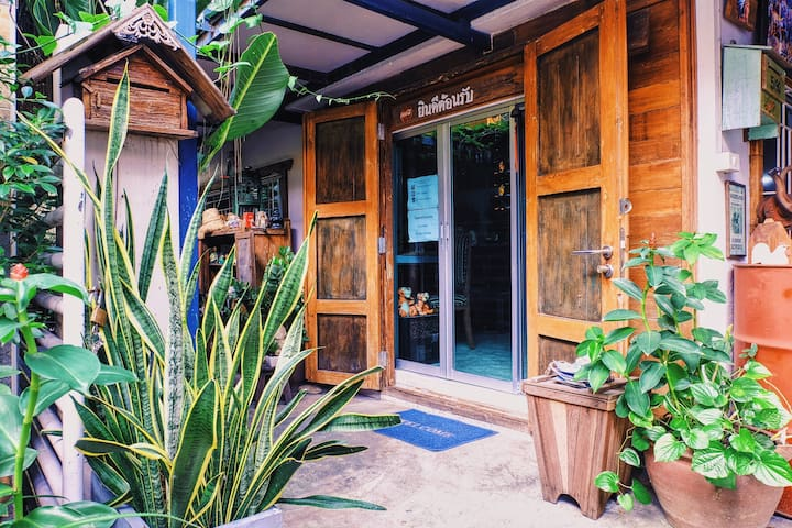 Private and Charming room for 2 (Free breakfast). - Bangkok
