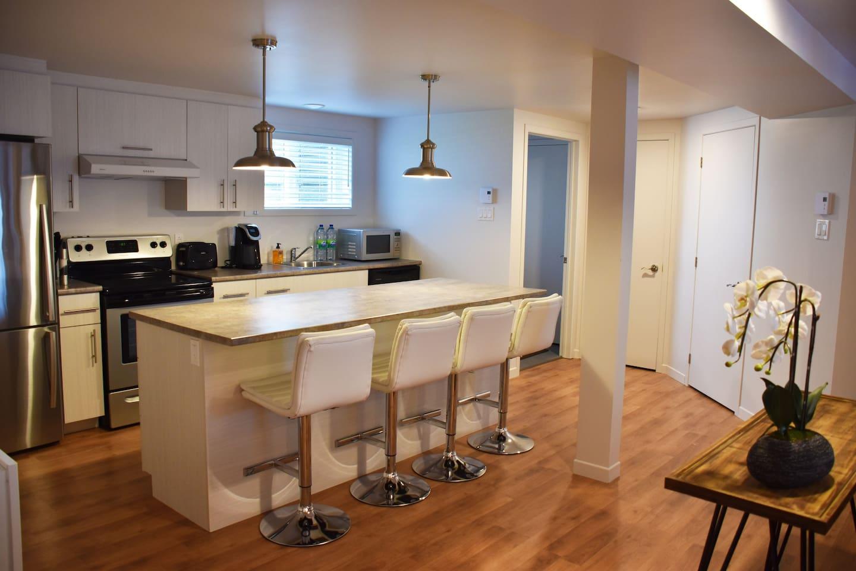 Situé au niveau terrasse, on accède à l'appartement par la porte patio ou la porte principale.