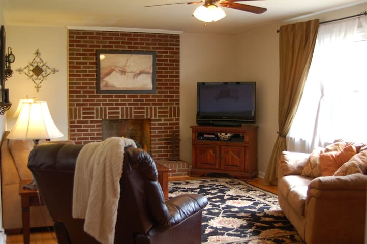Family Friendly Ranch House 3.1 Miles to LU