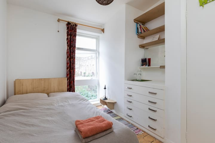 Cosy double in creative, social garden house - Londres - Casa