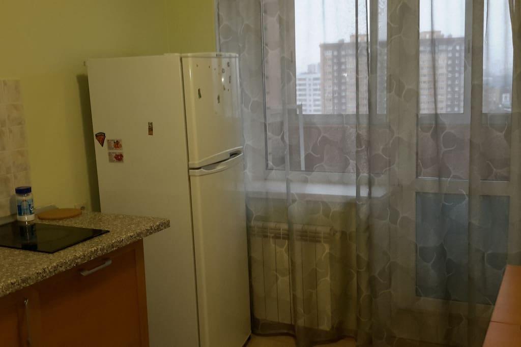Кухня и выход на балкон