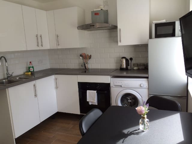 Flat 4A City Central Apartment - Sleeps 3 - Chichester - Apartment