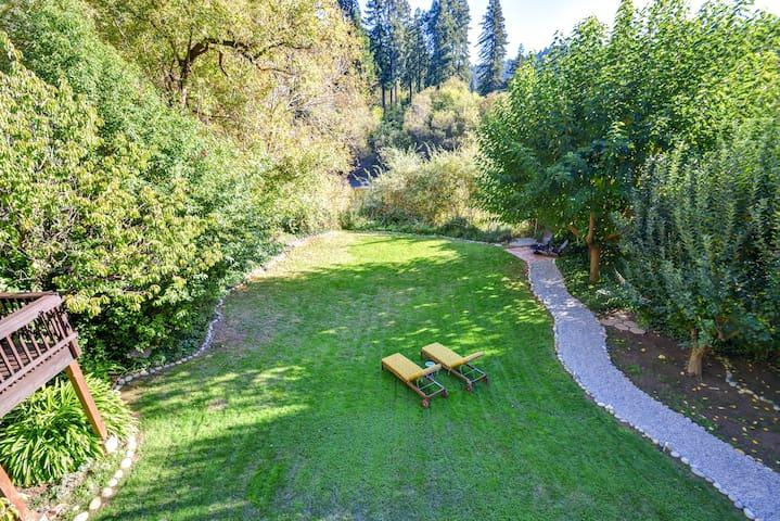 NEW! GREAT ESCAPE: Riverfront, Hot Tub, Deck, Lawn - Guerneville - Dom