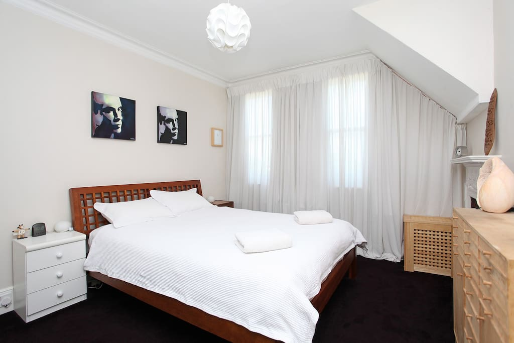 Master bedroom - king size bed with 3500 pocket spring Hypnos mattress (good support & very comfortable)