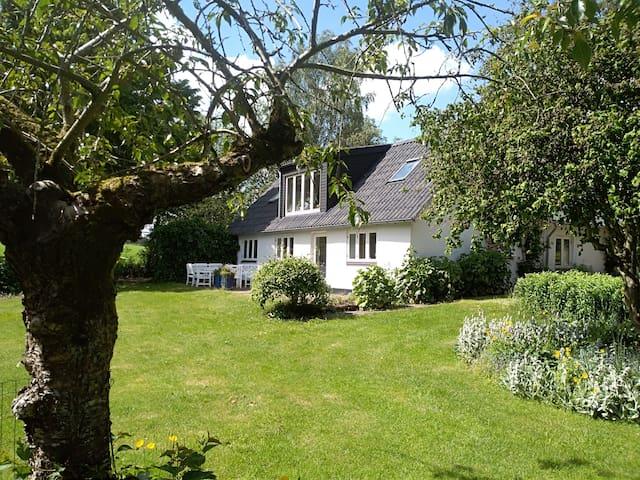 Lyst værelse i fredelige og naturskønne omgivelser