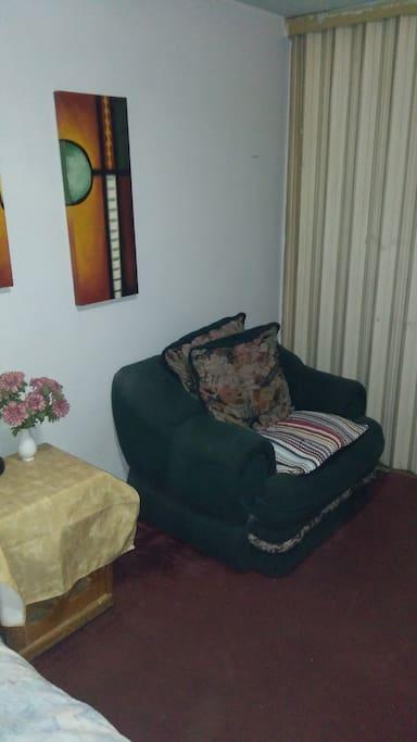 cuarto con sillón