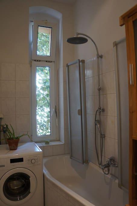 Badewanne mit Regendusche - bathtub and rain shower