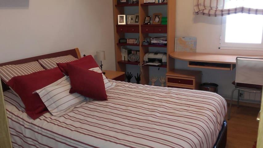 Habitación granate con cama grande - Burela - Apartmen
