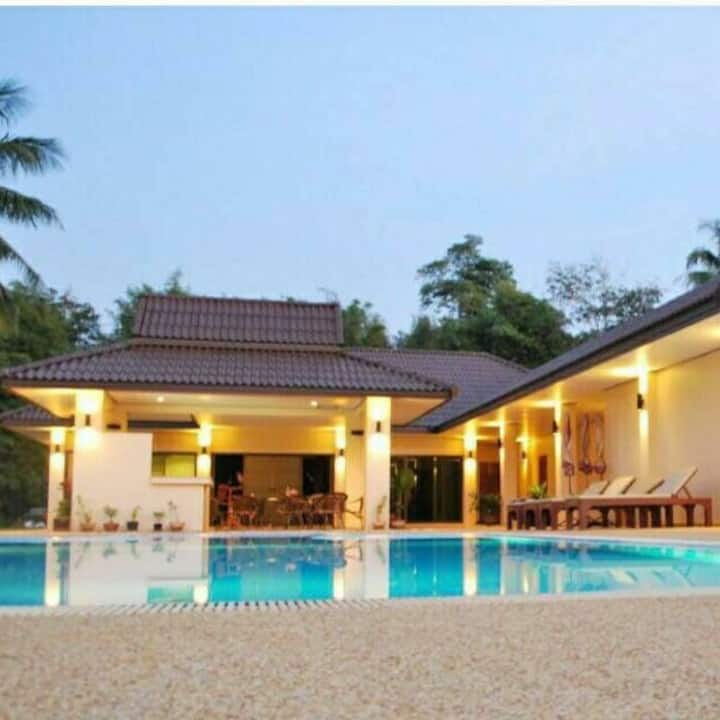 2 king size beds /swimming pool and sea view
