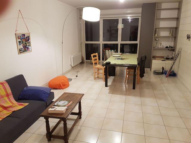 Chambre vaste et lumineuse. Comme neuf et propre