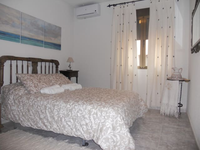 Habitación matrimonio (cama 135 cm, edredón nórdico, armario y aire acondicionado con bomba de calor).
