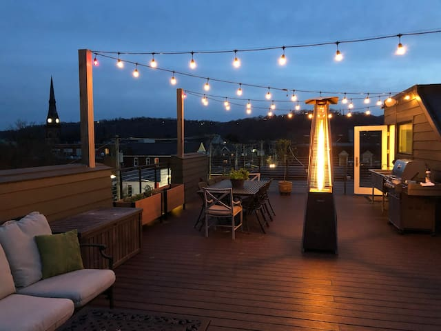 Relax, grill, dine - private rooftop deck