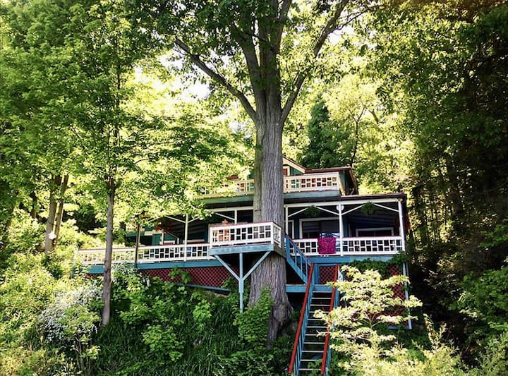 Magical lakefront treehouse, minutes to downtown