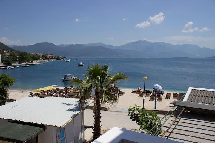 Villa 9 - Balcony with sea view, at sea coast. - Đenovići - Bed & Breakfast