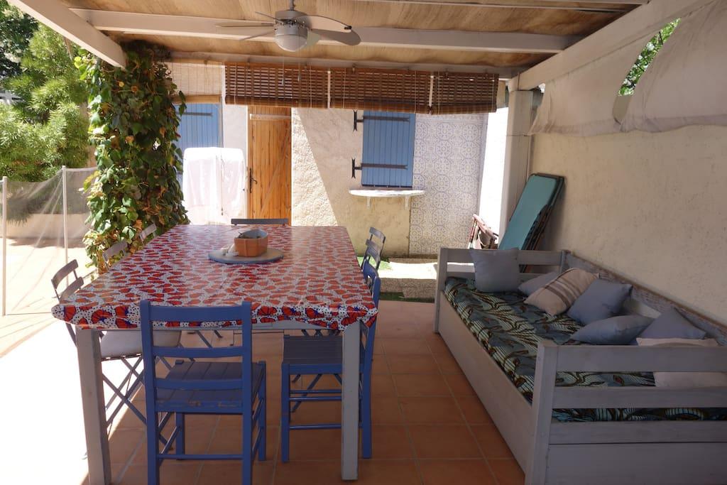 Extérieur, grande table pour manger à côté de la piscine. La cuisine d'été est au fond, la piscine est à gauche.