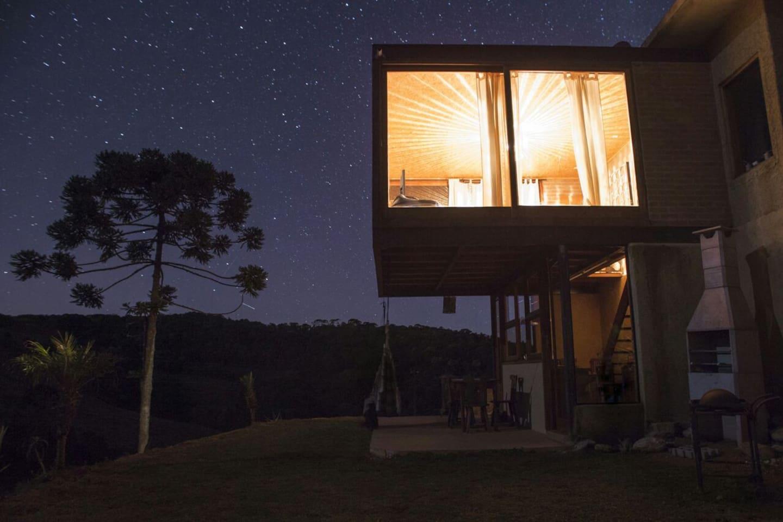 Vista Lateral da Casa com Céu Estrelado. Esta foto foi um lindo presente do querido hóspede e fotógrafo Pedro Hurpia!
