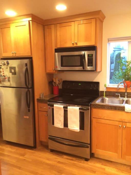 厨房,备有基本厨具,咖啡机和星巴克咖啡