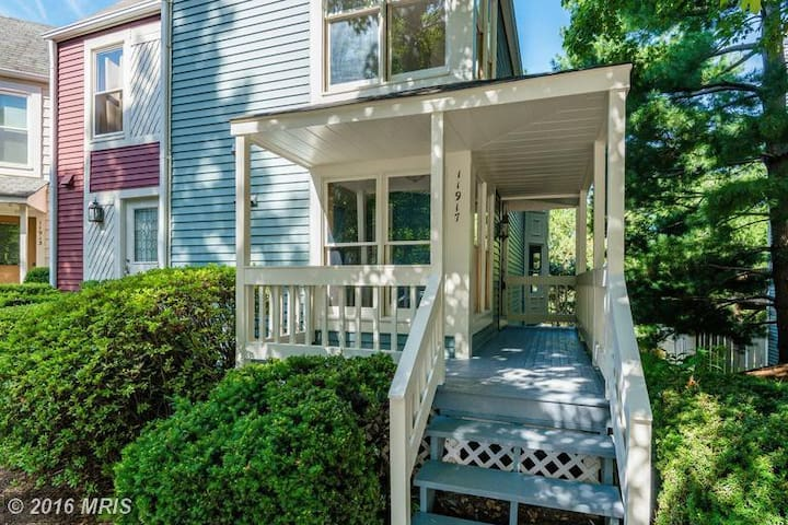 Master Bedroom in Cute Victorian-style Townhome - Reston - Adosado