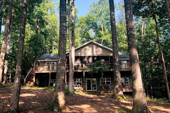 The Magical Lakehouse| Fireplace | Dog Friendly