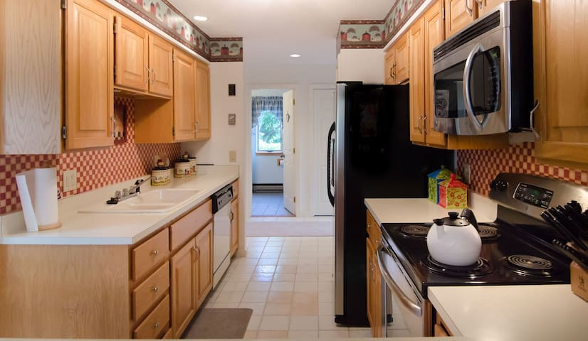 3 Bedroom / 3 Full Bath Luxurious Townhouse with Air Conditioning!