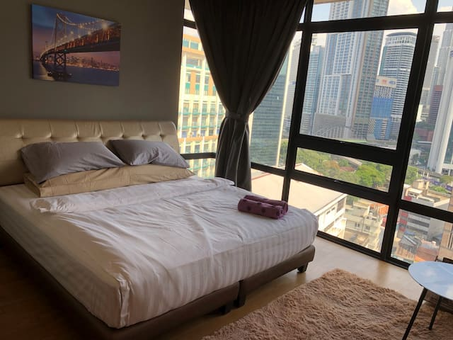 Master Bedroom with KLCC & KL Towers View 超值大房