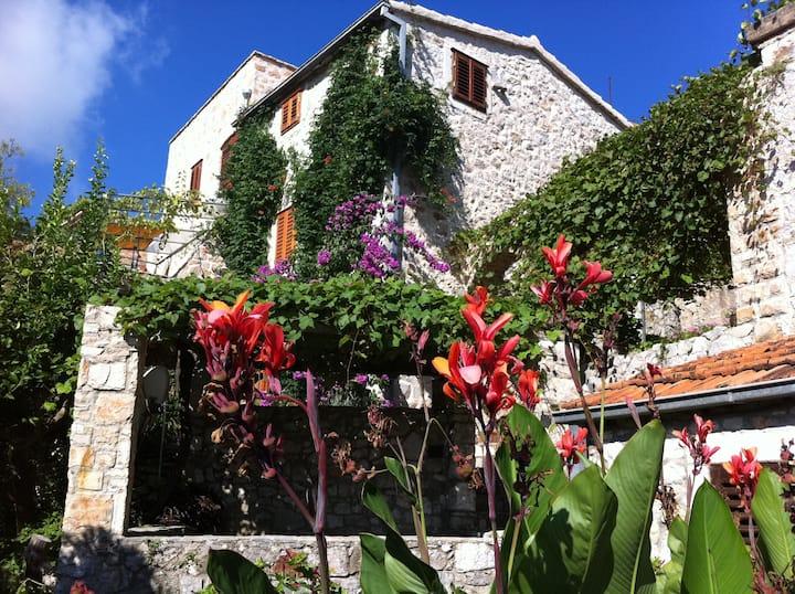 Steinhaus mit Terrasse,  Garten und Meerblick