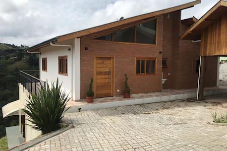 Casa com maravilhosa vista próximo do Capivari