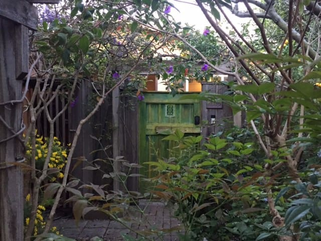 Garden cottage, an urban oasis - Albany - Bungalov