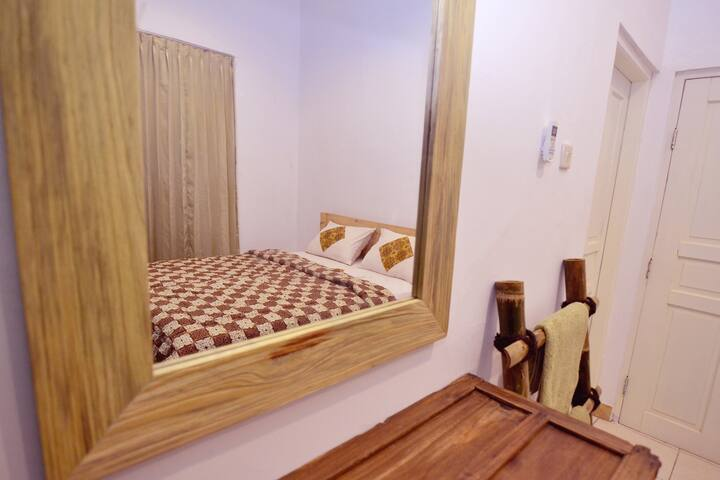 Double Room with Private Bathroom (AC) - Mergangsan - โฮสเทล