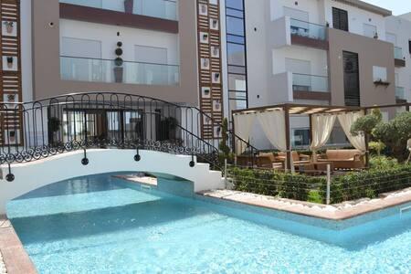 Haut standing avec piscines, réception et parking