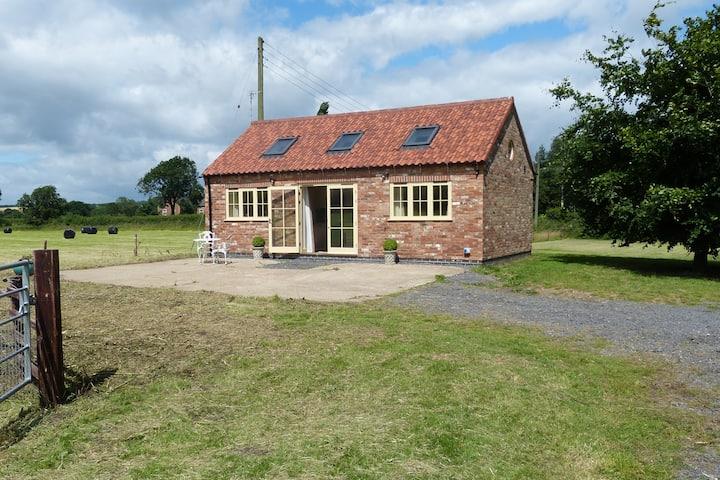Windmill Cottage, pretty farm location, accessible
