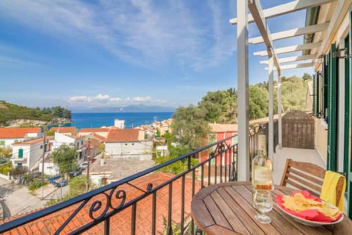 Centrally located 2 bedroom apartment w/ sea view