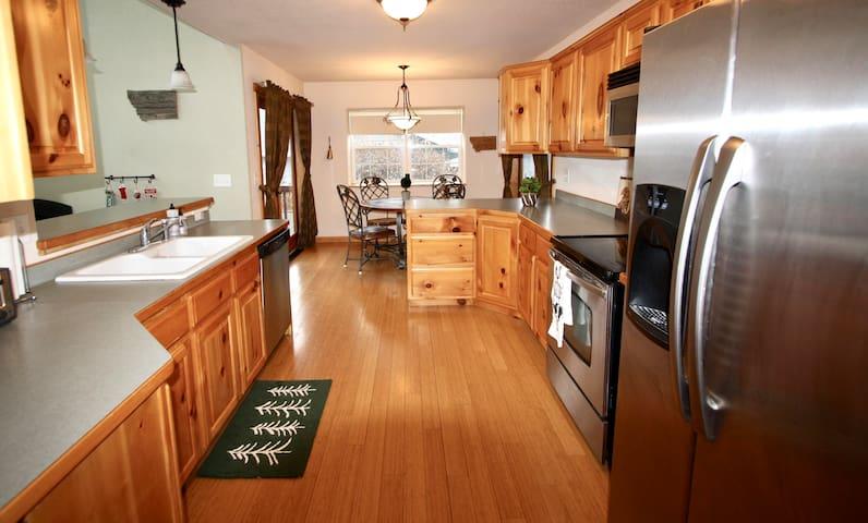 Convenient Riverpark Bright & Modern Hamilton Home