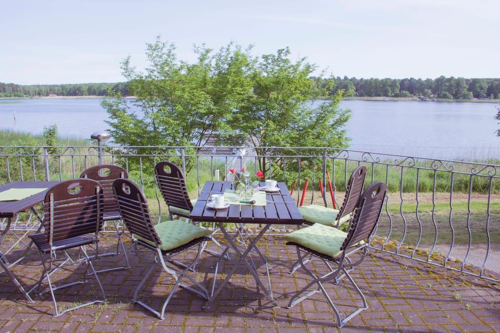 Bei schönem Wetter können Sie auf der Terrasse frühstücken.