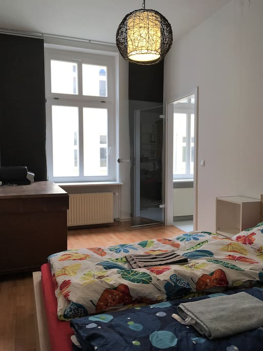 Schlafzimmer und Schreibtisch | Bedroom and desk