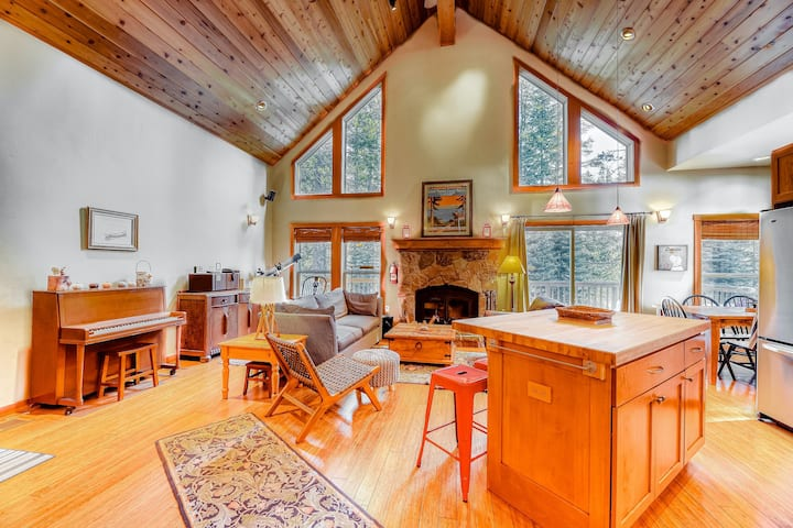 Beautiful getaway w/ a private hot tub, two fireplaces, free WiFi, washer/dryer