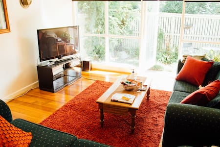 1 Bed Moments from the action in Sunny St. Kilda. - Saint Kilda East - Apartment