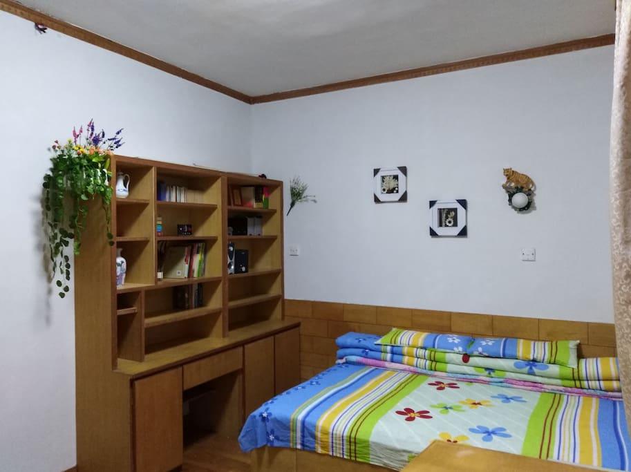 2号大睡房,有空调,书柜,书桌。