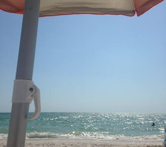 Queen Size Room 10-15 minutes to the beach - Villa