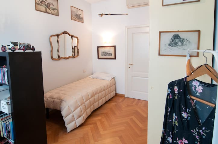 Room in the heart of Milano (San Babila - Duomo)
