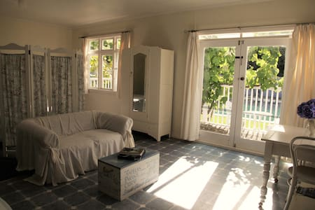 Self contained studio adjoining Historic house. - Feilding - 公寓