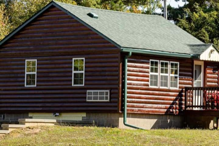 Cozy cabin near Putney's Landing & a state forest
