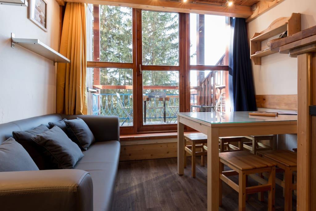 canapé confortable et  table spacieuse pour 6
