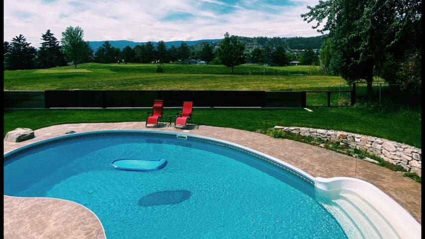 Comfortable home with pool on Kelowna golf course
