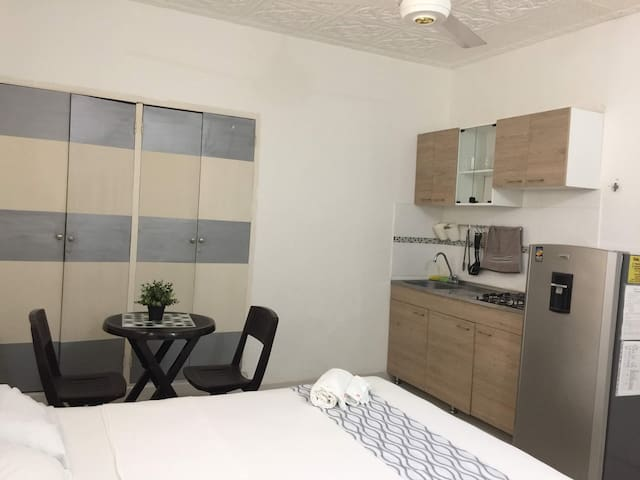 STUDIO STEPS FROM AIRPORT -7MINUTES  TO OLD CITY