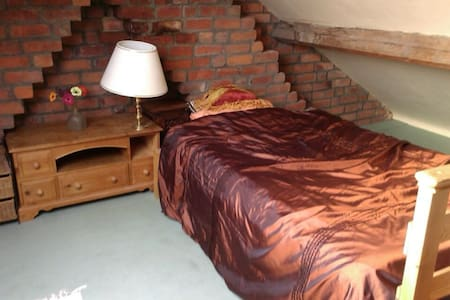 Warm, Light Attic Room - Stroud - Loft