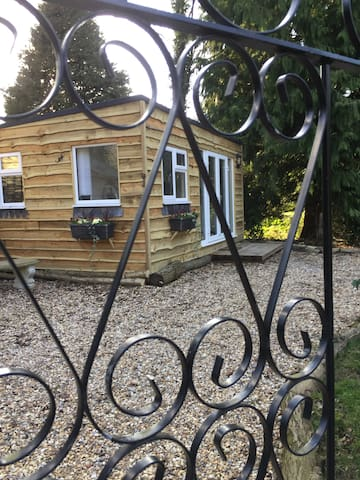 2 bed luxury boutique cabin from £77- £100 a night - Surrey - Cabaña