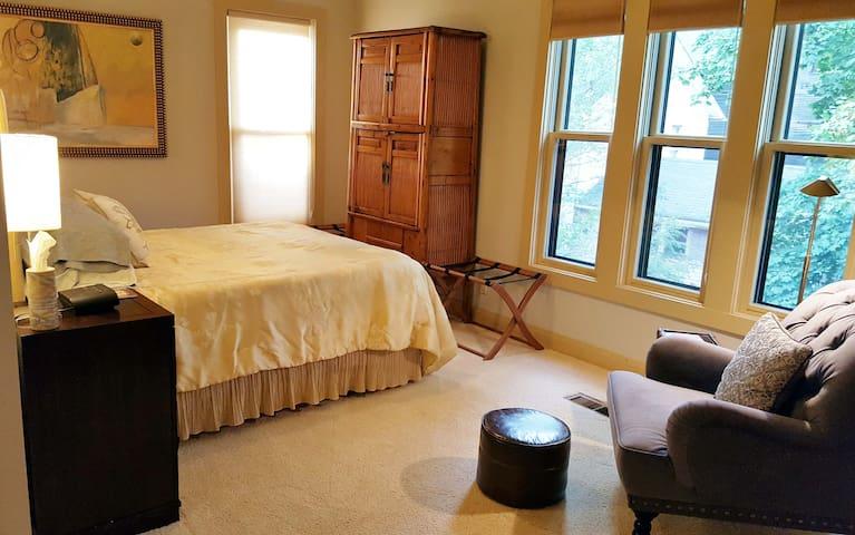 Elegant Suite, Private Bath & Living Area-Downtown