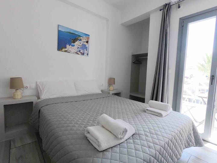 2 persons Studio 30 meters from Perissa Beach